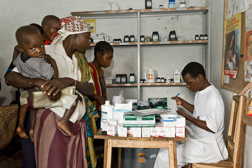 Pharmacist dispenses anti-retroviral<p> medicines to HIV-AIDS patients